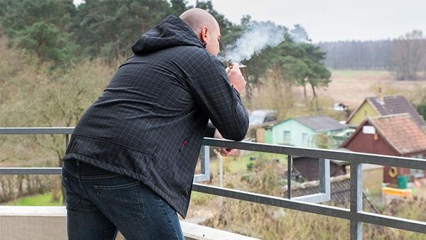 darf der vermieter das rauchen auf dem balkon verbieten